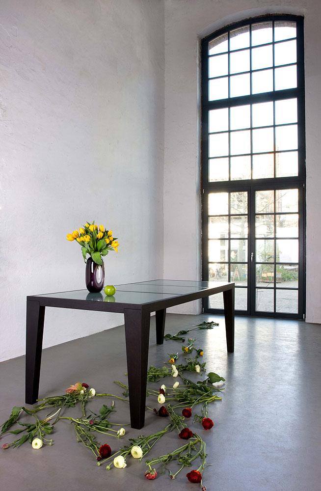 BJ2. Table démontable (pieds) avec plateau de verre gravé au sable. © Ines Diarte